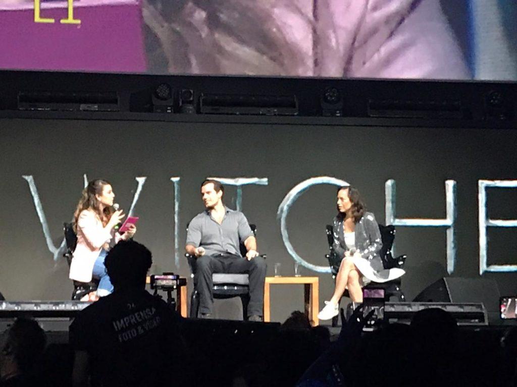 (Henry Cavill e Lauren Hissrich de The Witcher no Auditório Cinemark na CCXP19)